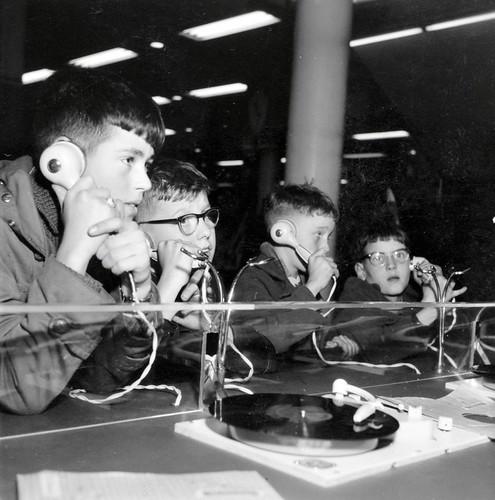 Jongens in platenwinkel / Boys in a record shop
