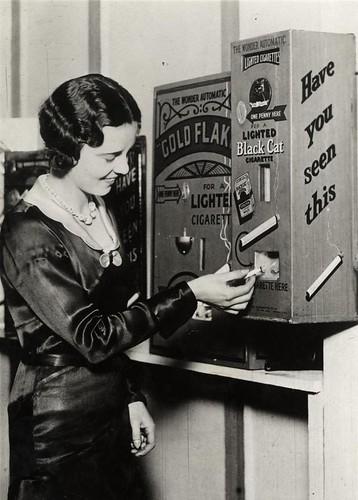 Automaat voor brandende sigaretten / Cigarette machine delivering lit cigarettes