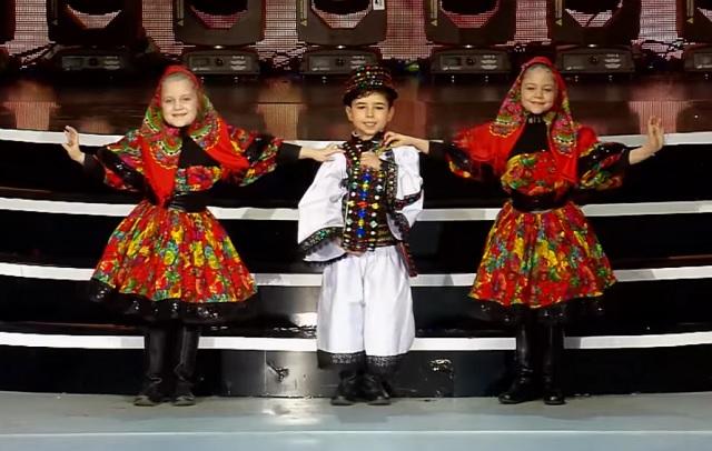 Ámulatba ejtő produkció 3 népviseletbe öltözött kisgyerektől! Te is elolvadsz attól, amit látni fogsz!