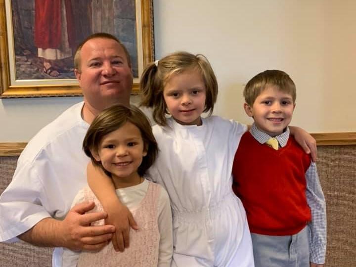 3 testvért fogadott örökbe az egyedülálló apa: 16 nevelőotthonban fordultak előtte a gyerekek